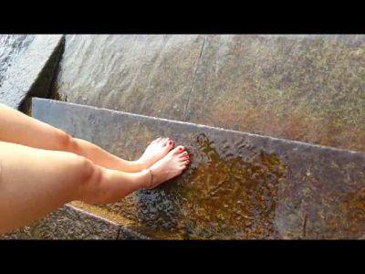 68980 - Melissa's Hot Feet Splashing In The Lake