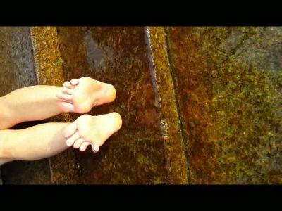 68981 - Melissa's Hot Feet Splashing In The Lake