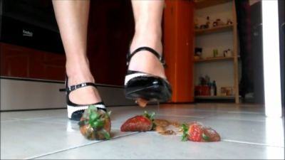 91907 - Rotten Strawberries Crushing (mp4)