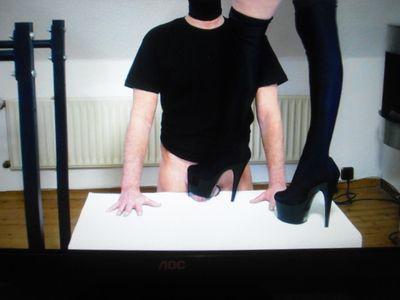 40981 - Shoe show bei trampling hands and genitals 1