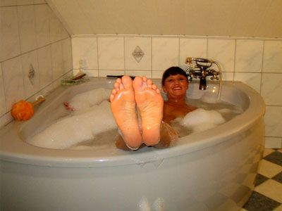 27157 - Lady Yvonne Clip: Dirty Bath with golden shower for you