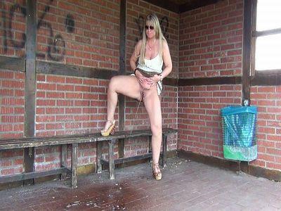 61572 - Mega-Bus stop-Public-Piss!