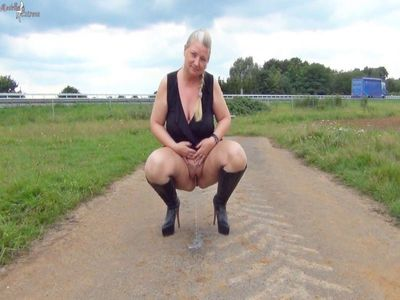 81817 - Hot public piss on the highway!