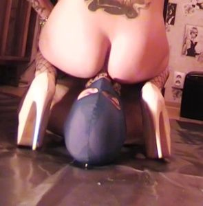 86574 - Mistress Anita continue to feed her slaves
