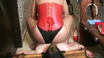 87140 - Goddess Andreea secured her toilet then feeding him
