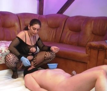 87219 - Mistress Roberta - trampling and shit feeding in new house