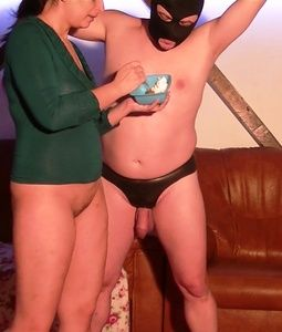 88663 - Mistress Roberta - CBT ballbusting and feeding