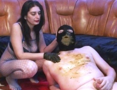 91879 - Mistress Roberta spanking and enormous diarrhea into throat