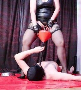 92903 - Goddess Luna strapon fucking and toilet slavery