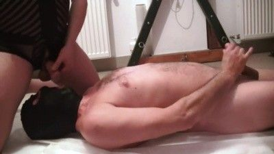 98753 - Master Mike using his slave as urinal