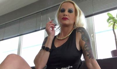63364 - Lady Jasmine Black, The Lady wants to smoke, you serve her