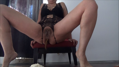 126553 - Mistress Roberta - Breakfast on livingroom floor pov