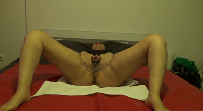 72303 - Mistress Roberta- Shitting in bed-pov