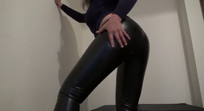78236 - Mistress Roberta – Farting in the leather-pov