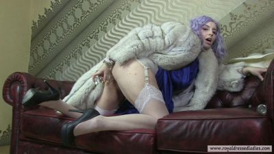 121972 - Glassdildo massage in fox fur coat