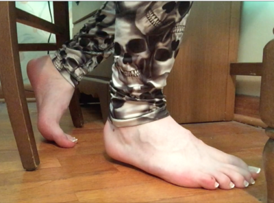 79587 - Steph's Under Desk Footplay