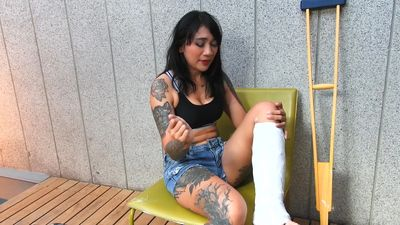 86755 - Tattooed asian model with short cast leg (SCL)