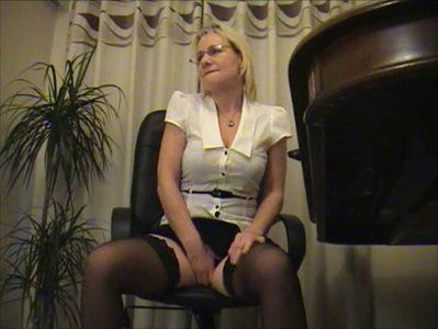 4287 - DESPERATE SECRETARY NEEDS A PEE!
