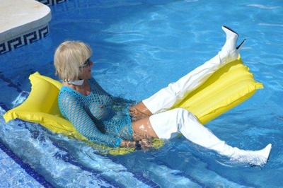 8414 - Nanalou in white thighboots showing a deepthroat swimmingpool