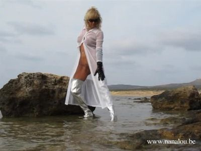 8724 - Nanalou soaking her silver boots at the beach