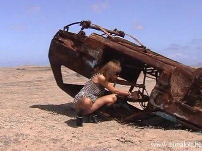 8738 - Nanalou near a scrap-heap in the desert