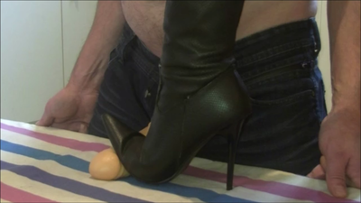 41437 - Exercise of crushing with my sexy boots !