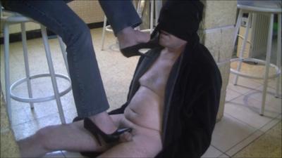 41881 - The footrest of Madam secretary