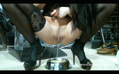 38790 - MISTRESS GAIA - MASTURBATE WATCHING HER SHIT AND PISS