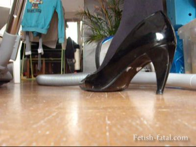 48962 - Cynthia is wearing a very sexy place to do the housework !!!