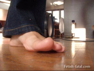 48965 - Axelle sucks the ground with her ​​bare feet