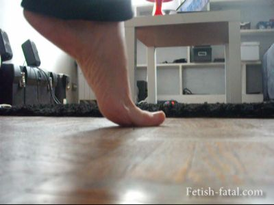 49137 - Jessica range and cleans her room with her ​​pretty bare feet