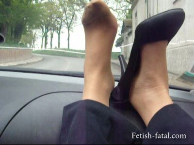 49544 - Hilsa puts her pretty feet on the dashboard of the BMW !