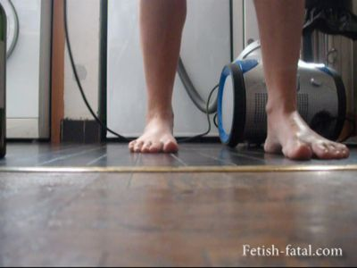 49629 - Sylvie cleans the floor of his house without shoes !