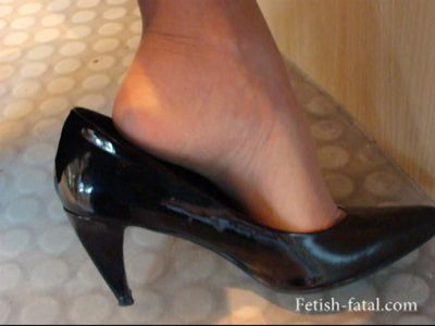 49944 - The voyeur films the high heels of women in an interview !!
