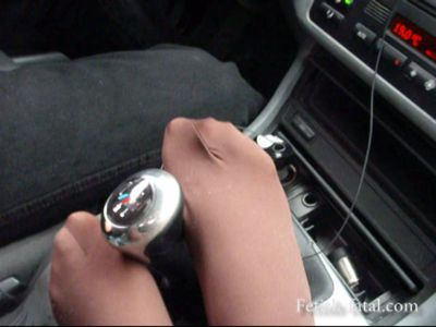 49965 - Lydia caresses, with her ​​feet in pantyhose, sex of the driver of the BMW, the steering wheel and gear lever !! sex !!
