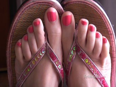 51395 - Beautiful sexy feet in flip flops!!
