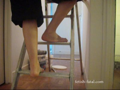 52915 - The household in pink thong and bare feet !