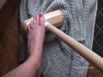 53058 - To clean with bare feet very sexy