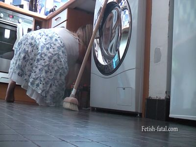 53546 - Cleaning with a small ruffle skirt and bare feet ... hummm !!!
