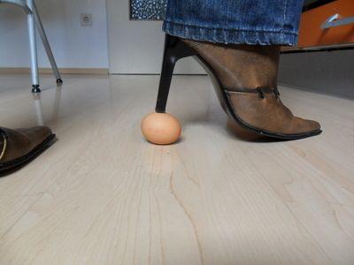 62610 - Modell kills an egg 2