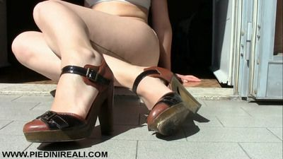81621 - Dangling and shoeplay with sandals
