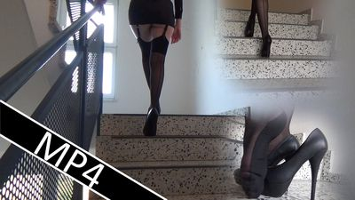 87146 - Climbing stairs in heels