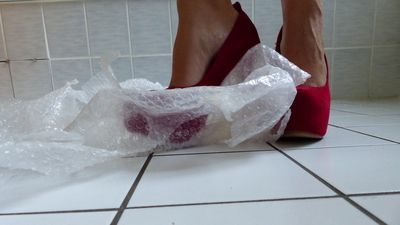 82547 - Crushing Bubble Pack with sexy red Pumps