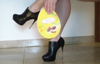 82587 - Crushing a chocolate box with high ankle boots