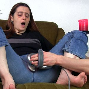 109522 - My slave is using a massager to please me - hard!