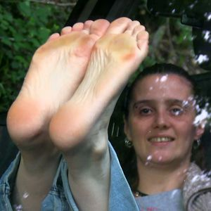 109616 - My tiny soles against the windshield