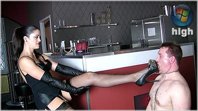 78515 - Shoeworship At The Bar - The Hunteress