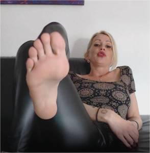 107291 - Black flip flops and magic aroma