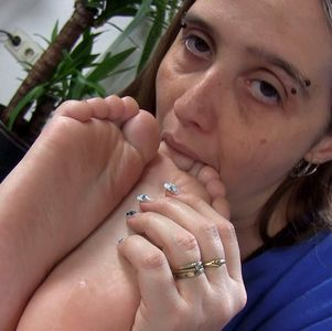 109560 - I love to worship tiny feet :)