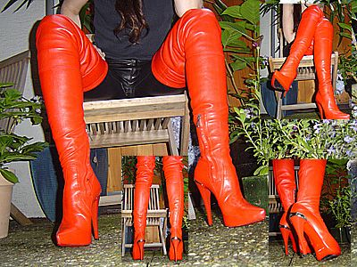 11889 - Red 1969 overknee boots in the garden